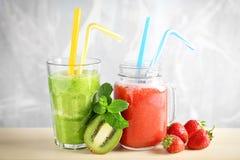 Verrerie avec les smoothies délicieux de kiwi et de fraise Photos stock