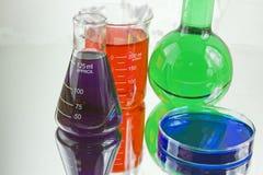 Verrerie colorée de chimie photos libres de droits