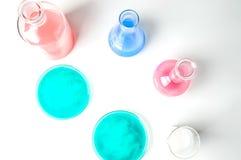Verrerie de laboratoire avec des liquides de différentes couleurs Photos libres de droits