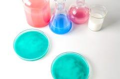 Verrerie de laboratoire avec des liquides de différentes couleurs Photos stock