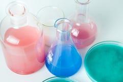 Verrerie de laboratoire avec des liquides de différentes couleurs Photo libre de droits
