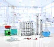 Verrerie de laboratoire avec des tubes à essai dessus Image stock