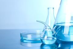 Verrerie de laboratoire avec le liquide sur la table Chimie de solution photo stock