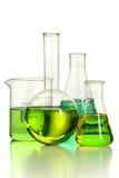 Verrerie de laboratoire avec le liquide vert photographie stock
