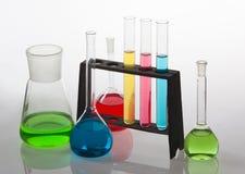 Verrerie de laboratoire remplie de divers liquides colorés. Photos libres de droits