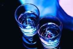 Verres à boire avec le plan rapproché de glace sur un fond foncé Photo libre de droits