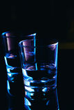 Verres à boire en gros plan sur un fond foncé Images stock