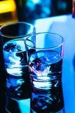 Verres à boire en gros plan sur un fond foncé Image libre de droits