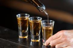 Verres à liqueur sur un compteur images libres de droits