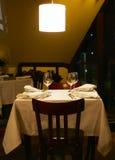 Verres à vin coûtés sur une table Images stock