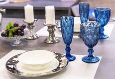 Verres à vin de verre bleu à l'intérieur de la salle à manger image libre de droits