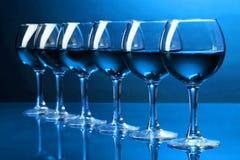 Verres à vin sur le bleu Photos stock