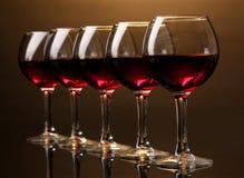 Verres à vin sur le brun Photo libre de droits