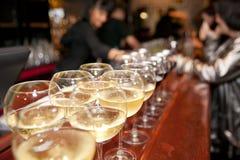 Verres à vin sur le compteur de bar Photographie stock libre de droits