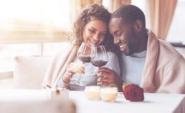 Verres émouvants de couples affectueux heureux Image stock