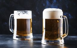 Verres avec de la bière blonde tchèque, compteur foncé de barre, foyer sélectif image stock