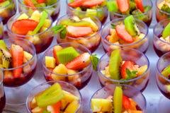 Verres avec des bonbons à fruit Images stock