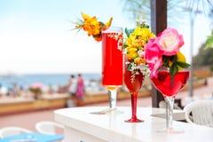 Verres avec des cocktails à la station de vacances Photographie stock