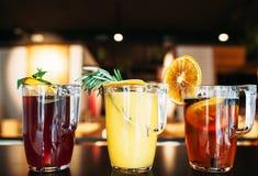Verres avec des cocktails de sangria de fruit sur la barre Images stock
