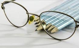 Verres, avec des crayons de dessin d'abondance Images stock