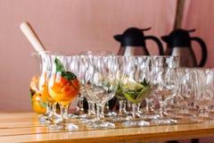 Verres avec des ingrédients pour les cocktails, la menthe et l'orange-2 Photographie stock libre de droits