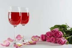 Verres avec des pétales des roses Photo libre de droits
