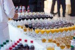 Verres avec du jus, verres de champagne, verres avec du vin, caterin Photos libres de droits