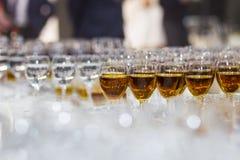 Verres avec du jus, verres de champagne, verres avec du vin, caterin Photographie stock