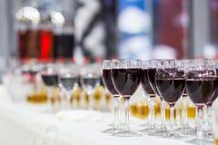 Verres avec du jus, verres de champagne, verres avec du vin, caterin Photos stock