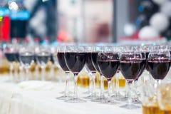 Verres avec du jus, verres de champagne, verres avec du vin, caterin Photo stock