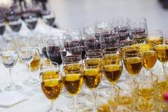 Verres avec du jus, verres de champagne, verres avec du vin, caterin Images stock