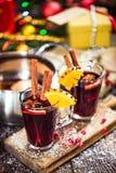 Verres avec du vin chaud de chauffage chaud d'hiver Photo stock