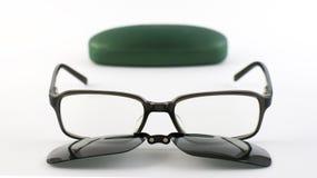 Verres avec l'agrafe magnétique de lunettes de soleil à côté de son cas Photo stock