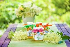 Verres avec la gelée de fleur de fleur de sureau Photo libre de droits