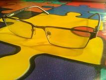 Verres avec la table jaune photographie stock libre de droits