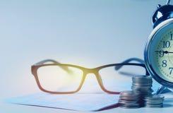 Verres avec le carnet de compte bancaire pour l'épargne financière et le CRNA image libre de droits