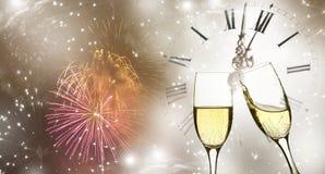 Verres avec le champagne contre les feux d'artifice et l'horloge Photos libres de droits