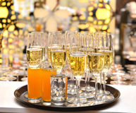 Verres avec le champagne de scintillement Images stock