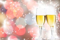 Verres avec le champagne et l'horloge près du minuit Image stock
