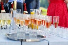 Verres avec le champagne et le vin sur le mariage d'été Photographie stock