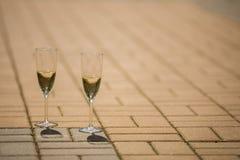 Verres avec le champagne se tenant sur le pont Photo stock