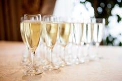 Verres avec le champagne sur la table Photos libres de droits