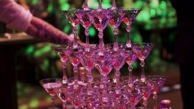 Verres avec le cocktail de Martini avec l'illumination ultra-violette de couleur clip Glissière de Champagne Pyramide ou fontaine clips vidéos