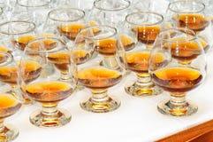 Verres avec le cognac ou l'eau-de-vie fine Photographie stock
