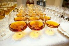 Verres avec le cognac ou l'eau-de-vie fine Photo stock