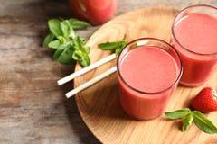 Verres avec le smoothie savoureux de fraise image libre de droits