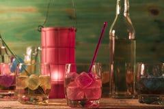 Verres avec le whiskey et les glaçons Photos stock
