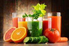 Verres avec les jus organiques frais de légume et de fruit Image libre de droits
