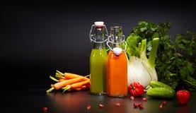 Verres avec les jus organiques frais de légume et de fruit Image stock