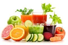 Verres avec les jus organiques frais de légume et de fruit sur le blanc Photos libres de droits